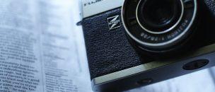 カメラと新聞 アイキャッチ画像